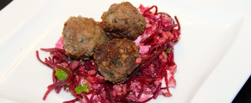 Perlebygsalat med rødbede og krydrede kødboller