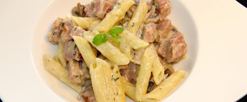 Pasta med champignon og skinke i flødesovs